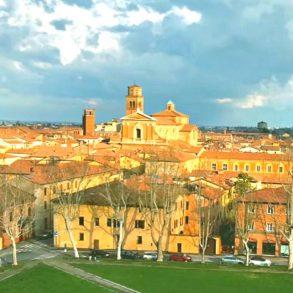 Вид на город Имола (Imola) в Италии - фото