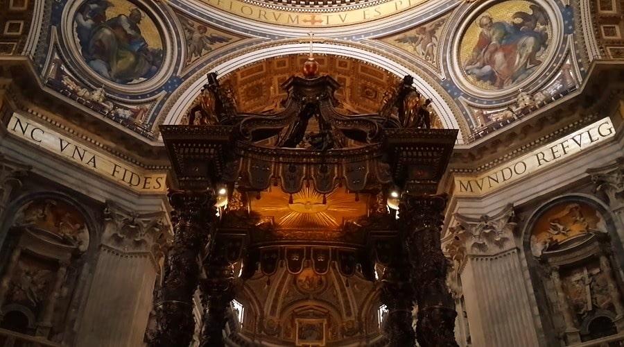 Балдахин в Соборе Святого Петра (Baldachin) расположенный в центральной части - фото