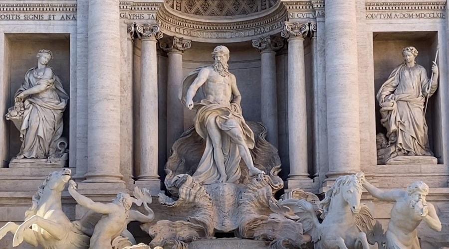 Центральная статуя на фонтане Треви божество Океа́н - фото
