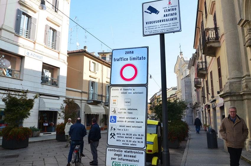 Zona Traffic Limitato (ZTL) дорожный знак в Италии ограничивающий движение - фото
