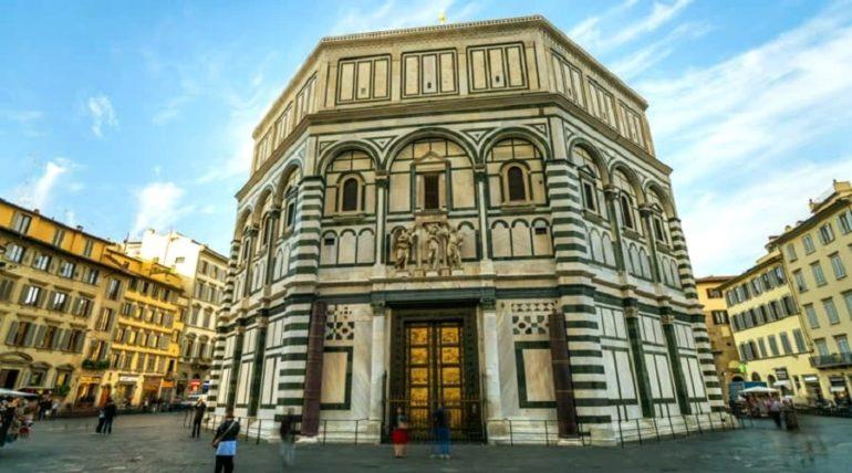 Баптистерий во Флоренции (со стороны собора Дуомо) - фото