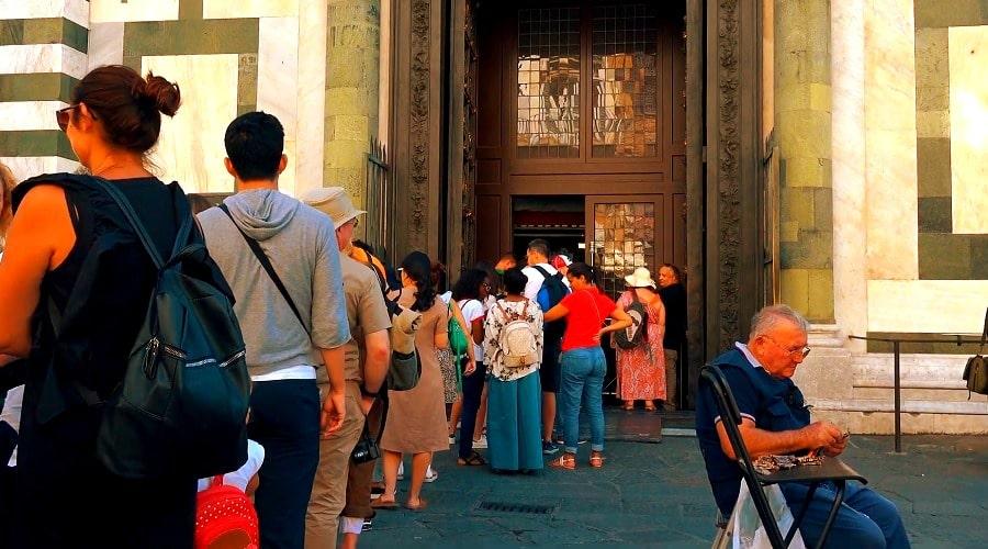 Очередь туристов в Баптистерий во Флоренции - фото