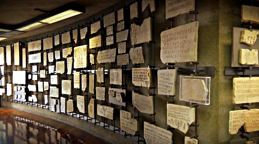 Еврейский музей в Ватикане (таблички с надписями и рисунками) - фото
