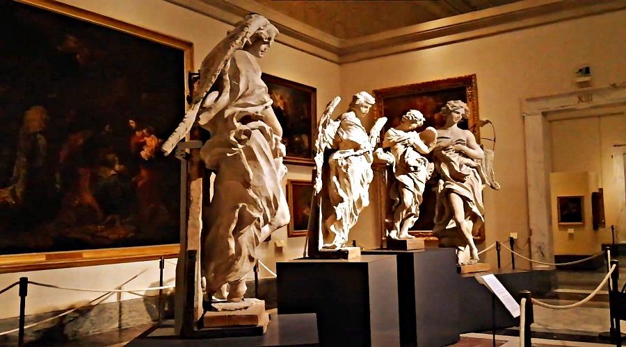 Фото сделанное в одном из залов Пинакотеки Ватикана (изображены картины и статуи)