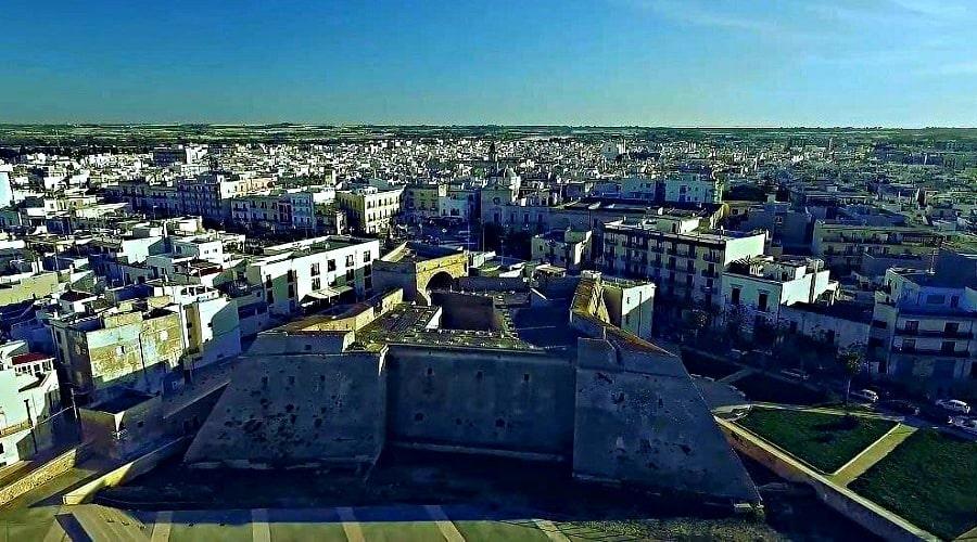 Замок в Бари (вид из дрона) - фото