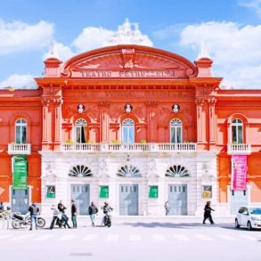 Фото театра Петруцелли в городе Бари (Италия).