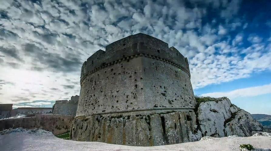 Крепость в Монте-Сант-Анджело - фото