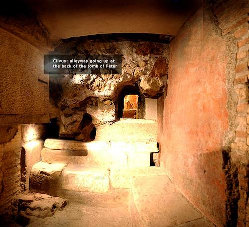 """Фото помещения под алтарём в соборе Святого Петра, где на одной из стен есть древняя надпись: Петр…эн…, """"Петр здесь"""""""