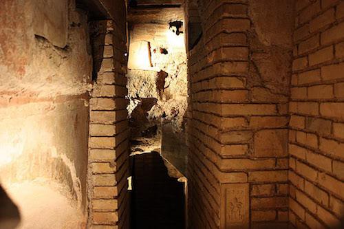Фото входа в гробницу под алтарём.